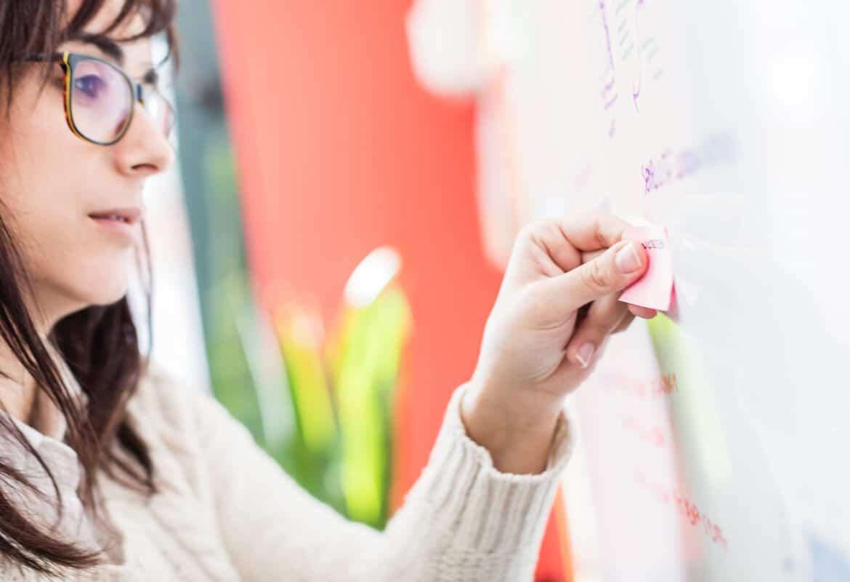 Sara impegnata in una consulenza di digital marketing